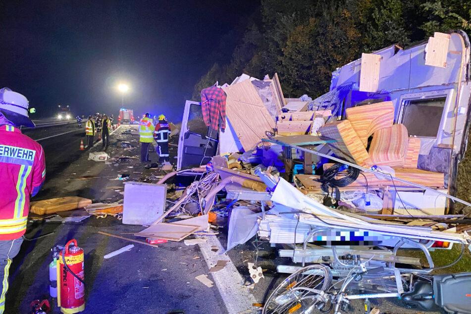 Horror-Unfall zwischen Wohnmobil und Lkw sorgt für Feld der Verwüstung auf der A70