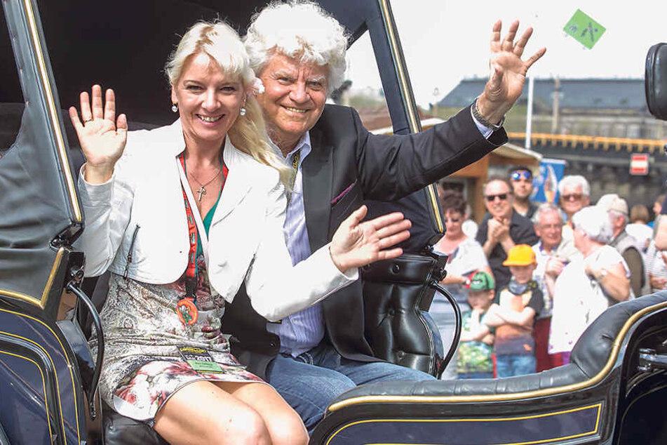 Winke, winke! Dixie-Boss Joachim Schlese und Ehefrau Carmen grüßen beim  großen Festival-Umzug aus dem Wagen.