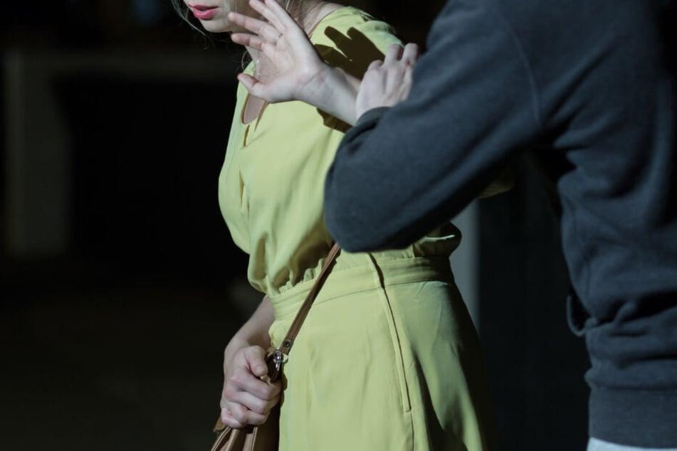 In Neuötting wurde eine Frau überfallen und vergewaltigt. (Symbolbild)