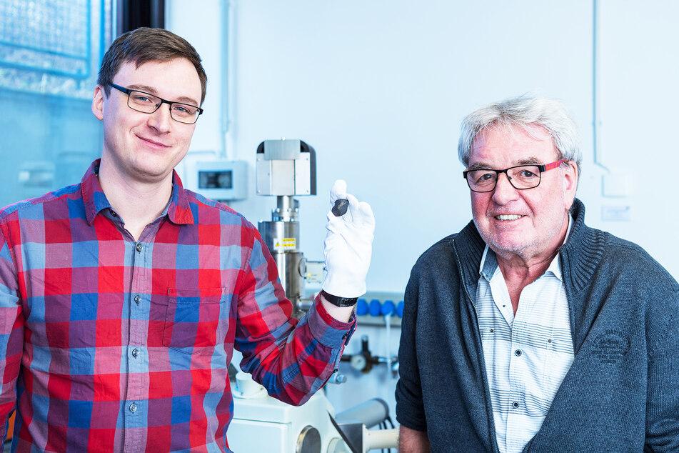 Die Planetologen Markus Patzek (l.) und Addi Bischoff untersuchten noch vor den Dresdnern das Objekt.