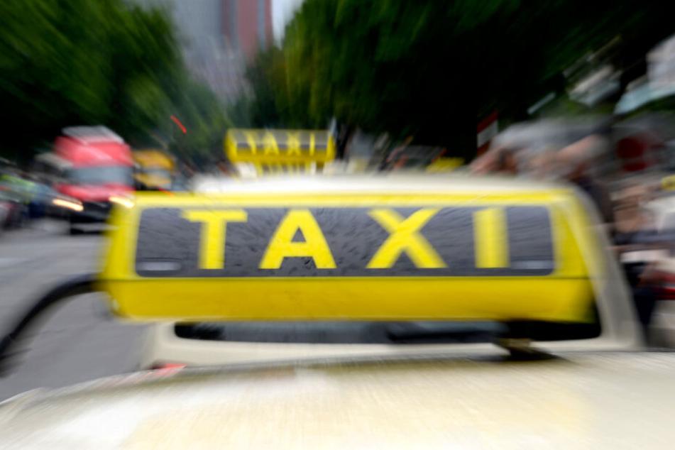 Das Schild eines Hamburger Taxis. Im Hamburger Stadtteil Wandsbek wurde der Fahrer eines Taxis Opfer eines Überfalls (Symbolbild).