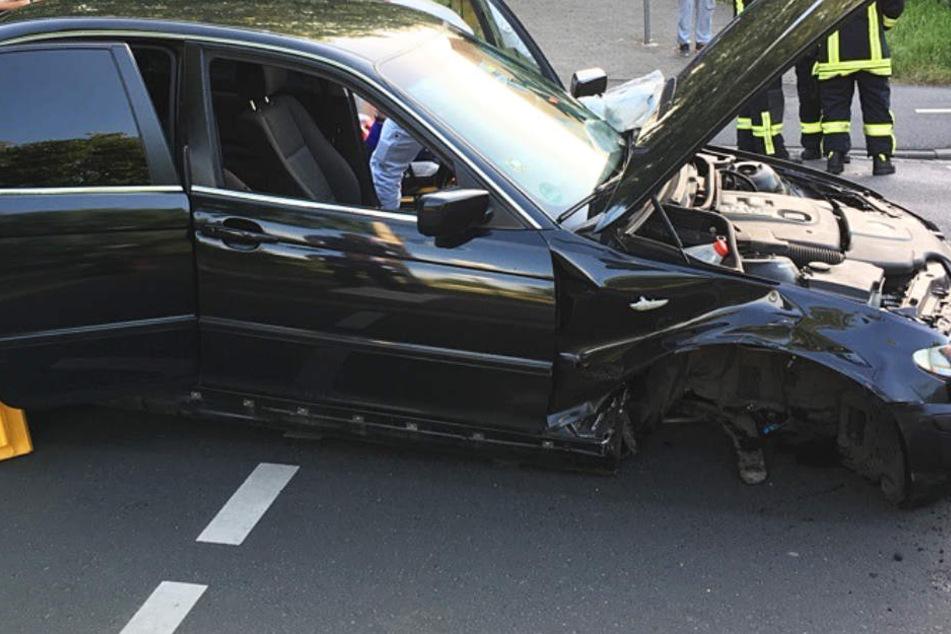 Während der Fahrt löste sich die Vorderachse des BMW.