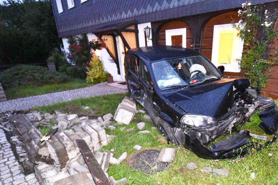 Auf der Bundesstraße 98 kam es am Sonntagabend zu einem heftigen Unfall.