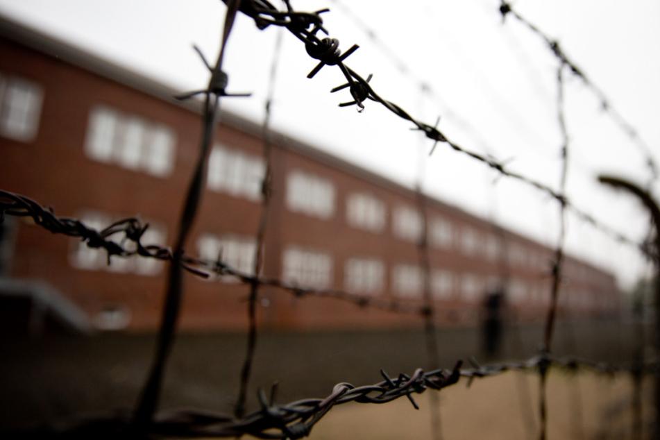 Ein rekonstruierter Stacheldrahtzaun vor einer ehemaligen Häftlingsunterbringung auf dem Gelände der KZ-Gedenkstätte.