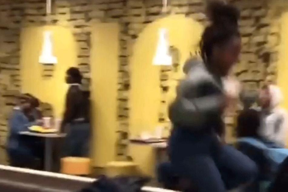 Eine Frau läuft in Panik über die Bänke.