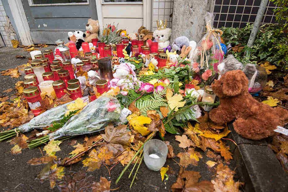 Vor dem Haus des getöteten Mädchens haben Personen Blumen zum Andenken an die Zweijährige hinterlassen.