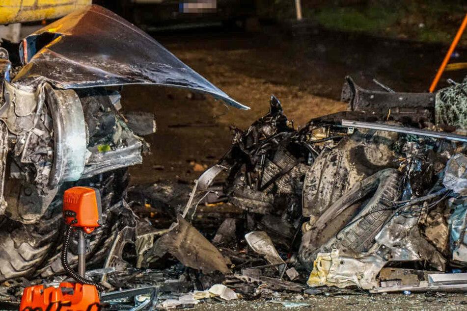 Das Auto wurde bei dem Zusammenstoß völlig zerstört.