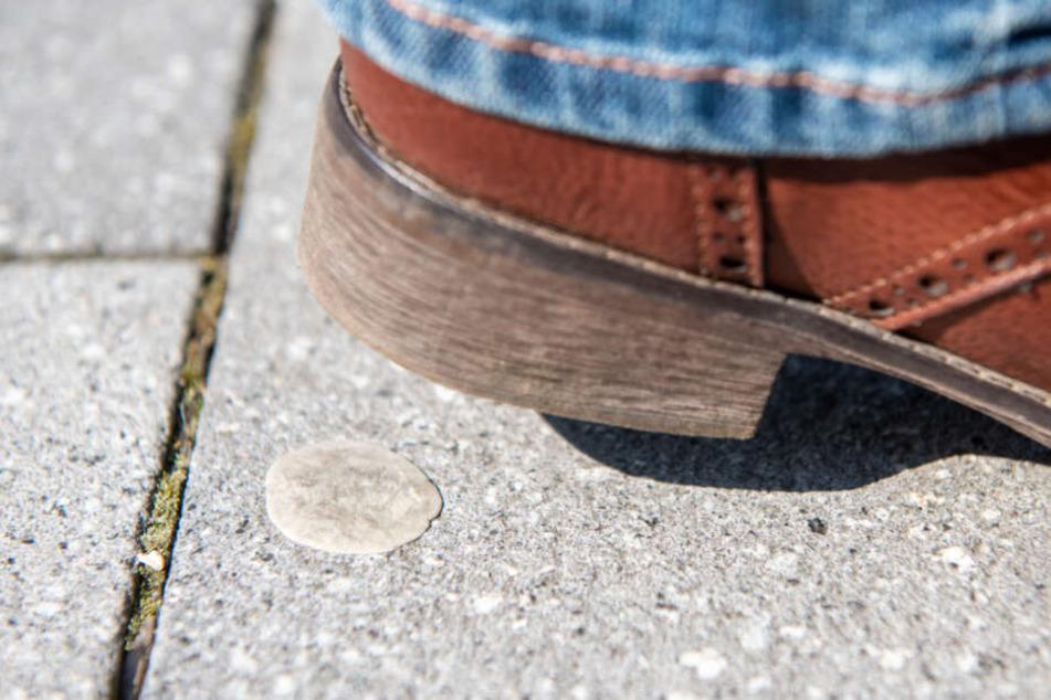 Ein Fußgänger ist in ein ausgespucktes Kaugummi gelatscht.