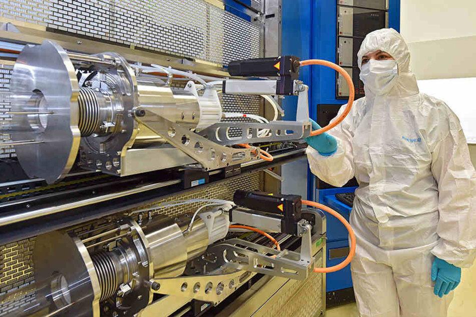 Die estnische Chefingenieurin Kerli Lauk (37) kontrolliert im Reinraum die Maschine, in der das Ausgangsmaterial der Chips (Galliumarsenid-Scheiben) beschichtet wird.