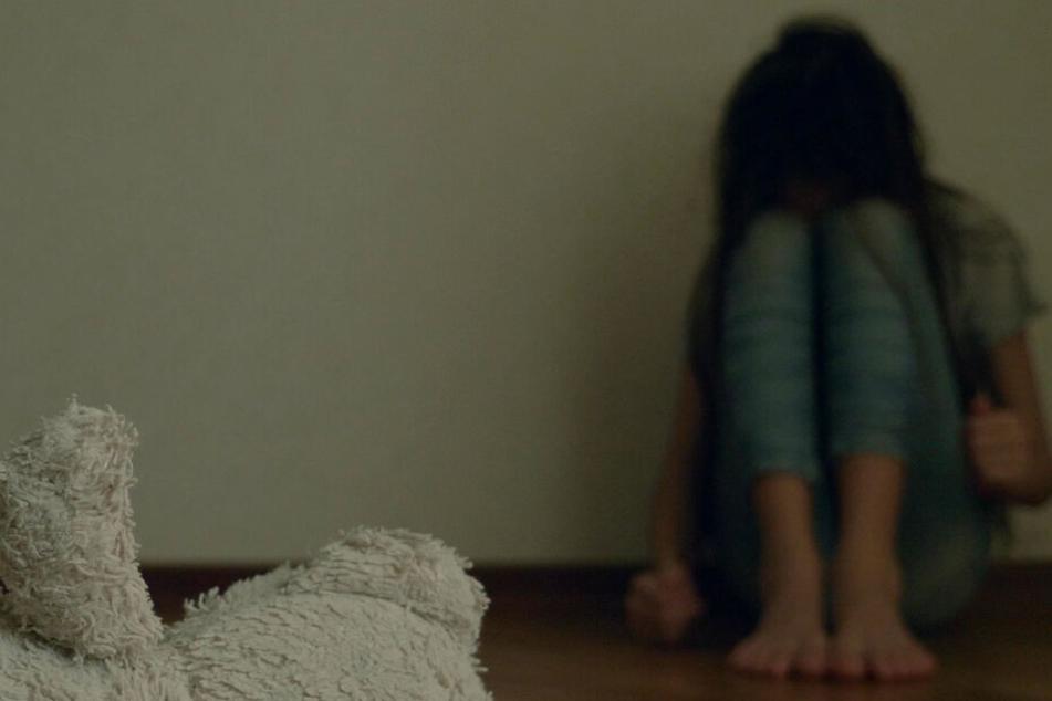 Ein Mädchen ist von Christine Callaghan mehrfach missbraucht worden. (Symbolbild)