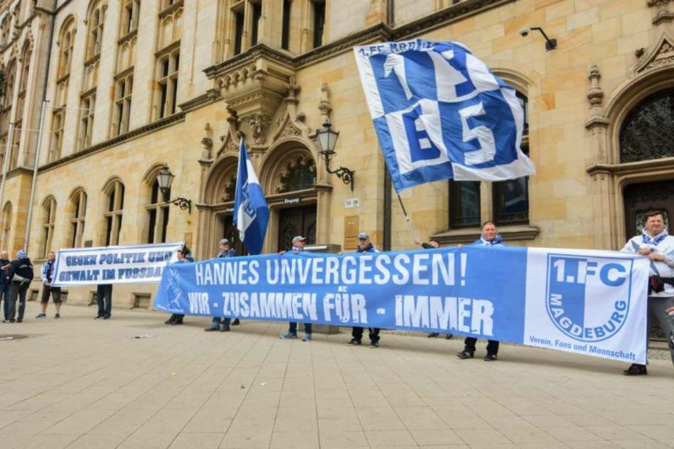 Die FCM-Fans trafen sich zu einer Kundgebung vor dem Justizministerium in Magdeburg.