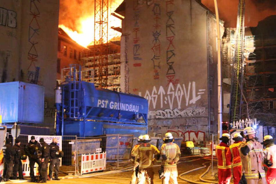 Rund 90 Feuerwehrmänner waren bei dem Großbrand im Einsatz.