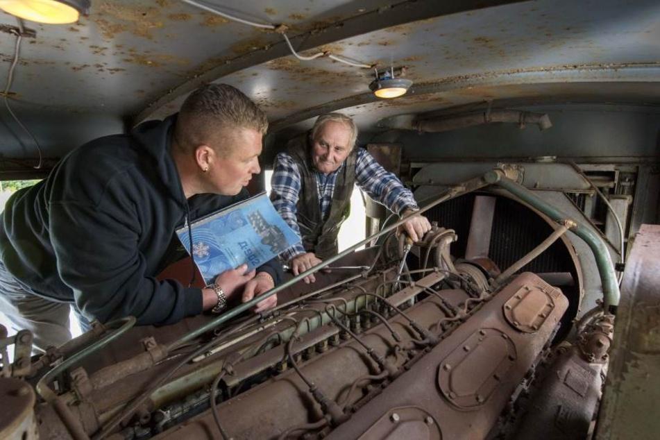 Enrico Klemm (36) und Manfred Hinkel (74) am 38-Liter-Motor. Der treibt die  Fräse an und stammt aus einem Panter T 34.