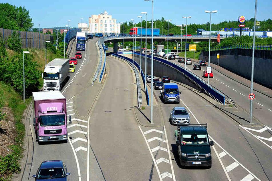 Weil auf der Autobahn gebaut wird, staut sich der Verkehr an der Neefestraße bis auf den Überflieger. Der Stadtrat diskutiert die Nutzung der zweiten Spur.