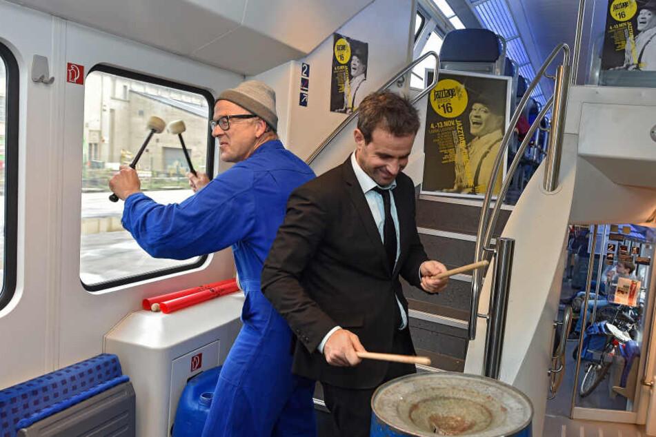 Plötzlich war das Bahn-Innere eine einzige Trommel: Fenster, Türen, Geländer - alles wurde zum Instrument umfunktioniert.