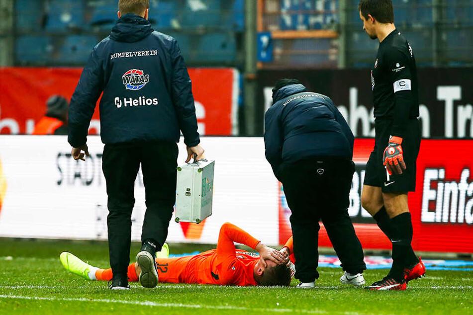 Steve Breitkreuz liegt nach einem Zweikampf am Boden und hält sich den Kopf. Der Auer musste später vom Platz - Gehirnerschütterung?