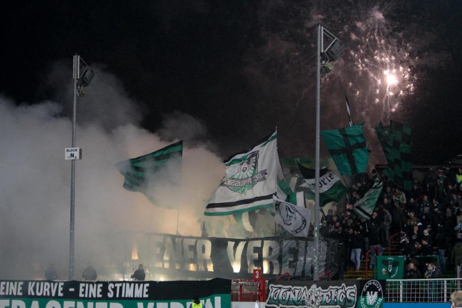 Münsteraner Fans brennen Pyrotechnik ab und zünden Raketen.