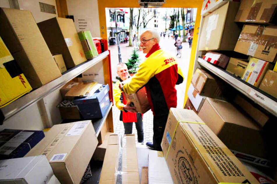 Zu Weihnachten steigt das Paketaufkommen bei der Post. Zusteller haben allerhand zu tun.