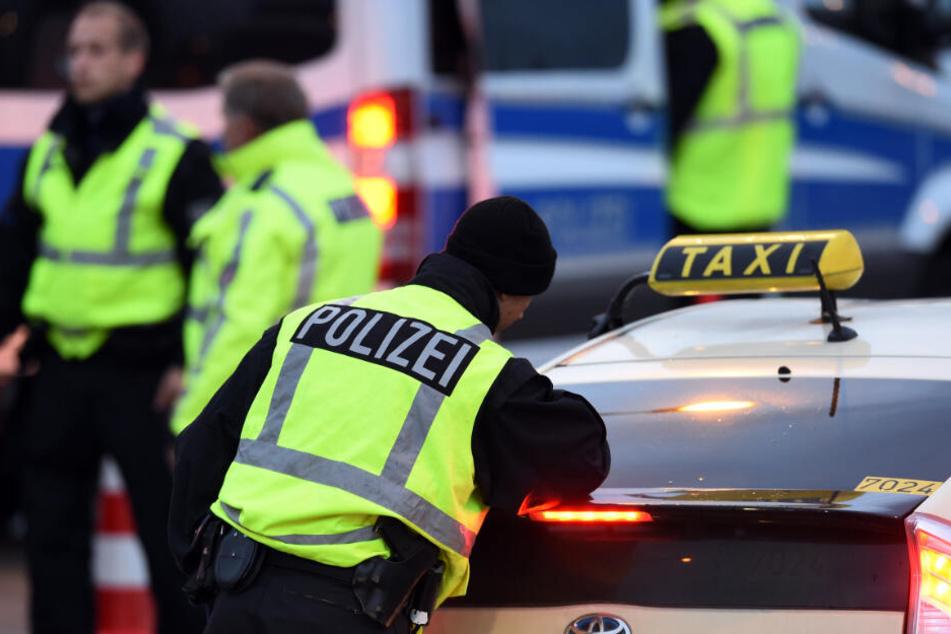 Die Polizei kontrollierte das Taxi nach Hinweisen von Zeugen. (Symbolbild)