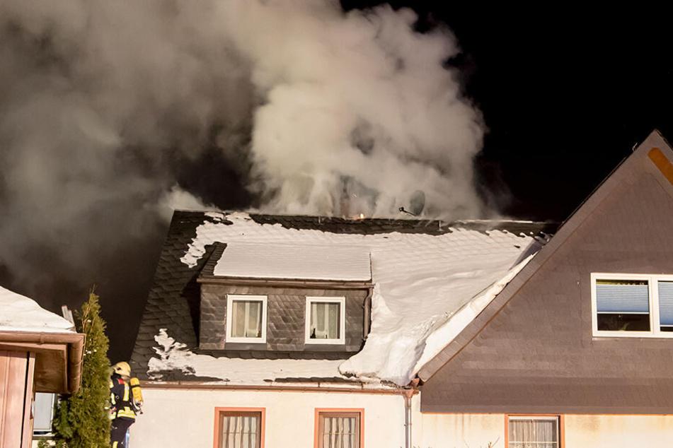 Dicke Rauchwolke: Dachstuhlbrand im Erzgebirge
