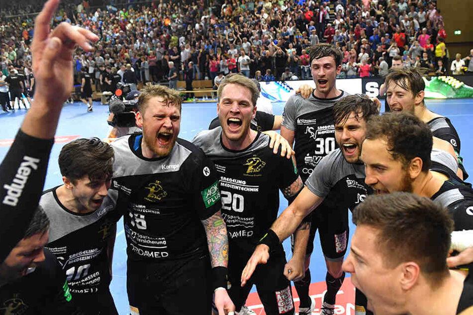 Große Freude bei den Handballern vom HC Elbflorenz nach Abpfiff.