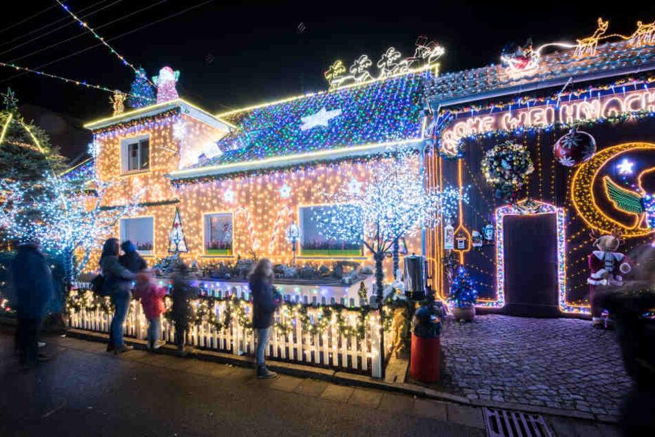 Das Haus lockt hunderte Besucher am Tag in die Straße.