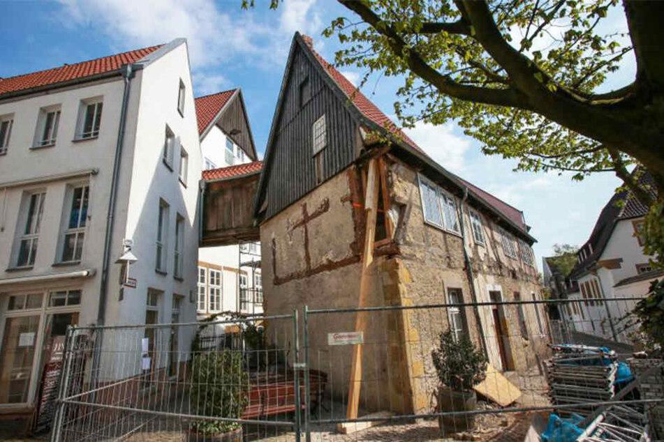 Notdürftig wurde das älteste Haus Bielefelds mit Spanngurten und Stützbalken abgesichert.