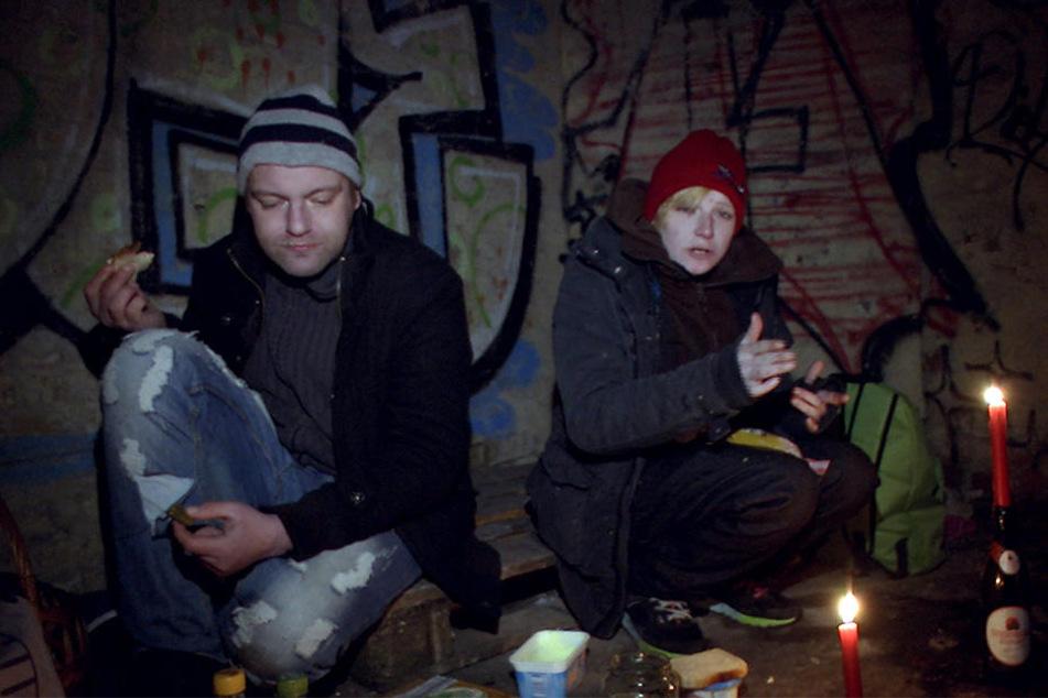 Die obdachlose Nadine mit ihrem Kumpel Uwe beim Abendbrot in einer Lagerhalle hinter dem Bahnhof – Außentemperatur: 10 Grad Minus.