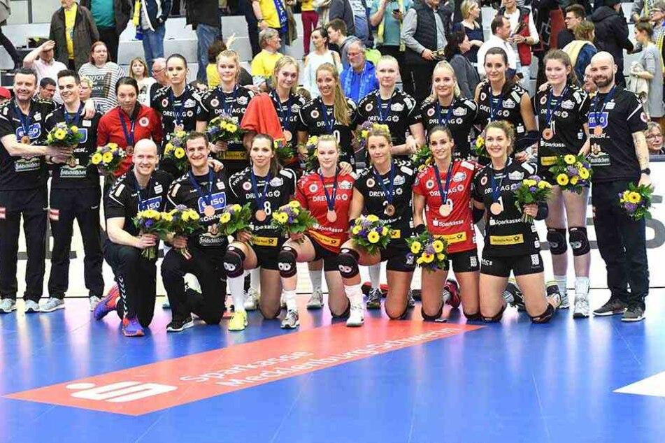 Das Aus im Halbfinale nach zwei klaren Niederlagen gegen Schwerin war bitter. Doch die Bronzemedaillen zauberten den meistern DSC-Schmetterlingen ein Lächeln ins Gesicht.
