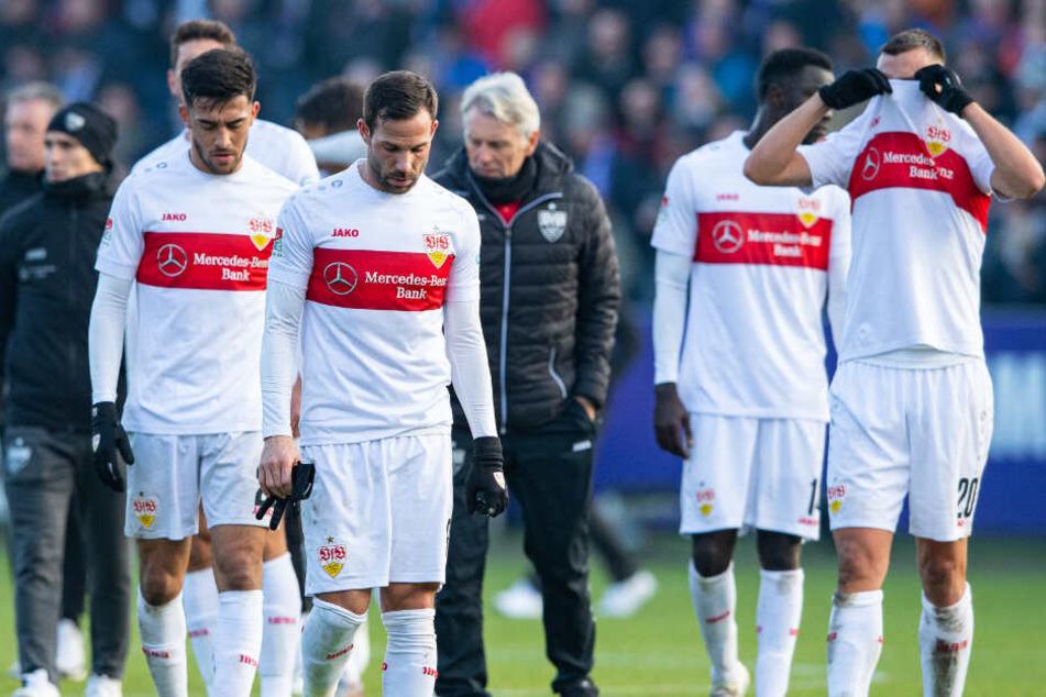 Stuttgarts Nicolas Gonzalez (l-r), Stuttgarts Gonzalo Castro, Stuttgarts Silas Wamangituka und Stuttgarts Philipp Förster gehen nach dem Spiel über den Platz zu ihren Fans.