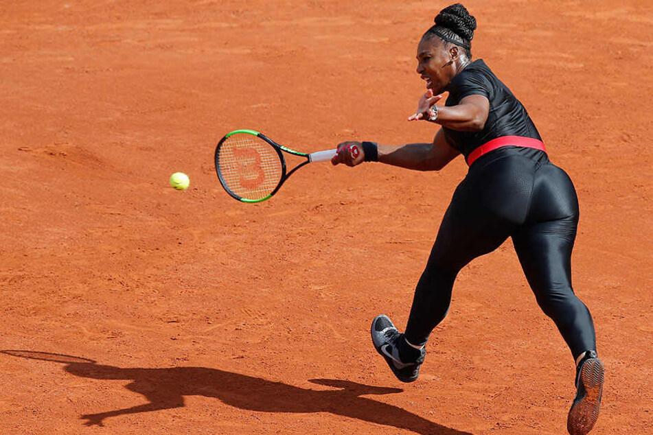 Sieht ziemlich warm aus. Im schwarzen Catsuit wetzte Serena Williams (36) über das Tennisfeld.
