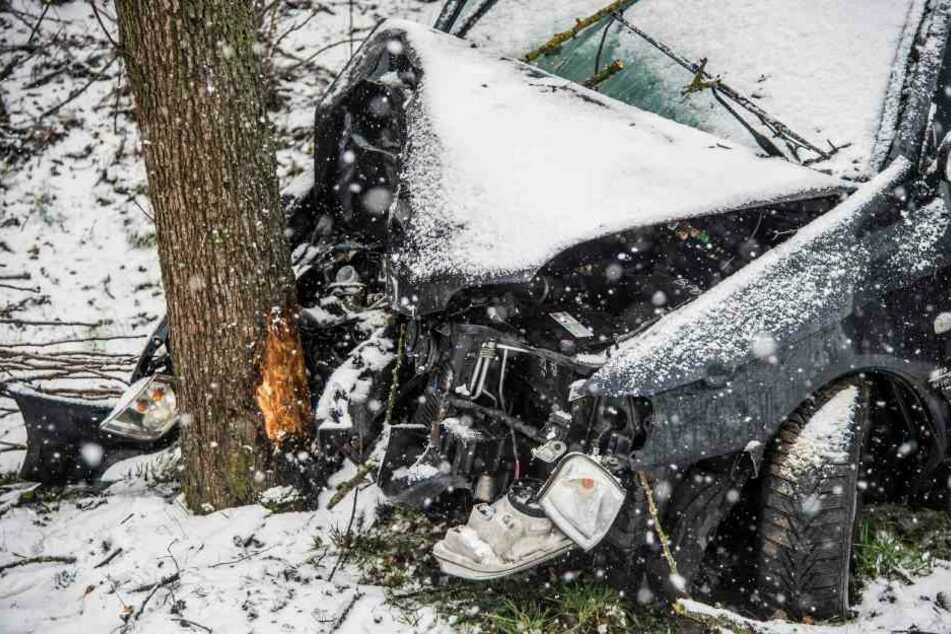 Die Fahrerin und die 7-Jährige Beifahrein mussten von der Feuerwehr aus dem Auto geborgen werden.