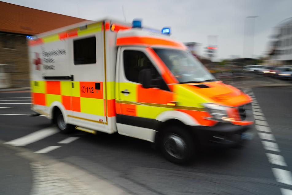 Der Biker wurde so schwer verletzt, dass er in einem Krankenhaus notoperiert werden musste. (Symbolbild)