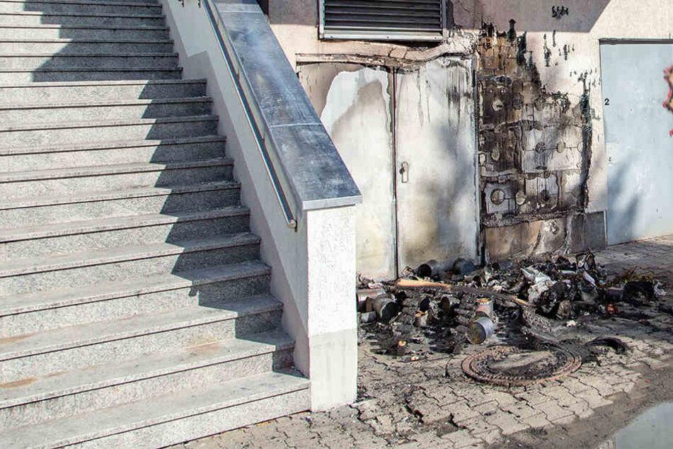Durch den Brand wurde auch eine Hauswand stark beschädigt.