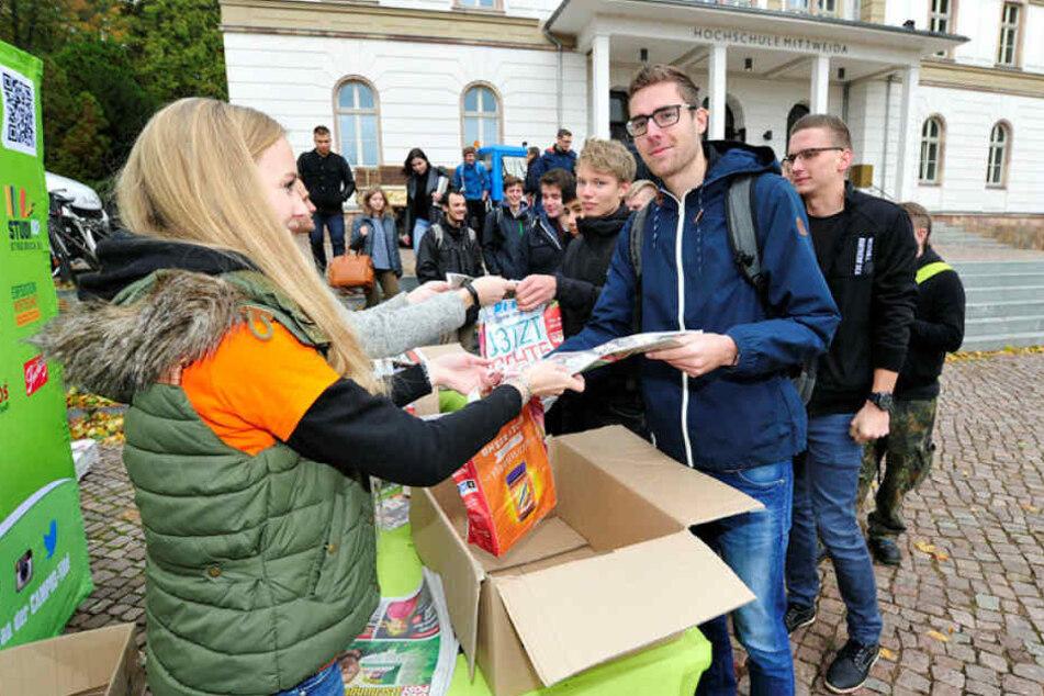 Rebekka Müller (23) verteilte am Montag Campus-Tüten der MOPO an Studenten. Am Dienstag gibt es die Campus-Tüten in Chemnitz.