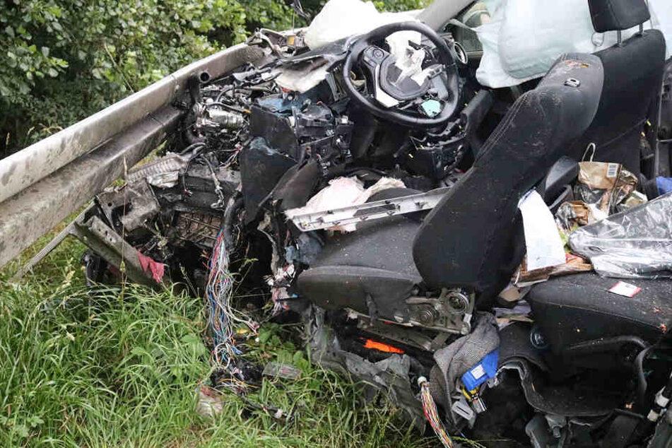 Das Foto zeigt das Autowrack, das die Einsatzkräfte vorfanden.