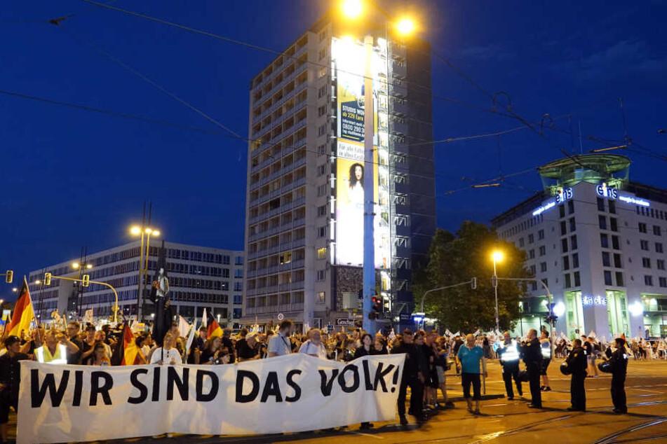 Der rechte Demozug kurz vor dem Ende seiner Runde auf der Kreuzung Brückenstraße/Bahnhofstraße.