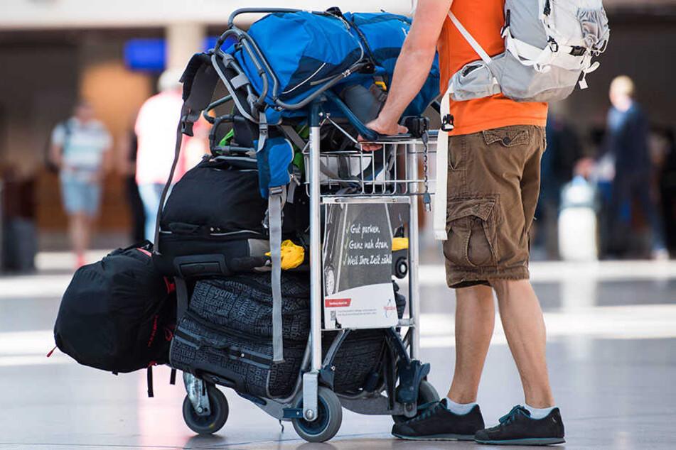 Ein Reisender wartet am Flughafen Hamburg auf seinen Flug. (Symbolbild)