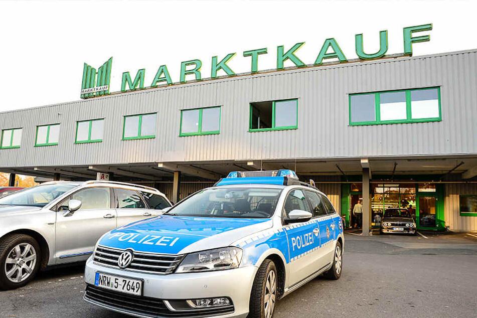Die Polizei riegelte den Parkplatz vor dem Marktkauf ab.