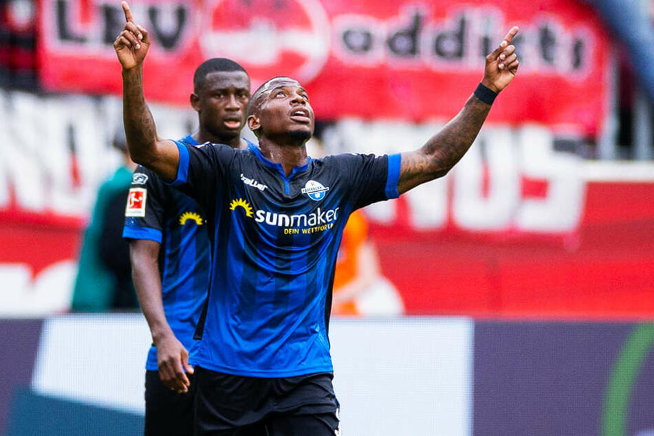 Streli Mamba (r.) bejubelt seinen ersten Bundesliga-Treffer. Der Stürmer traf zum zwischenzeitlichen 2:2 für Paderborn.