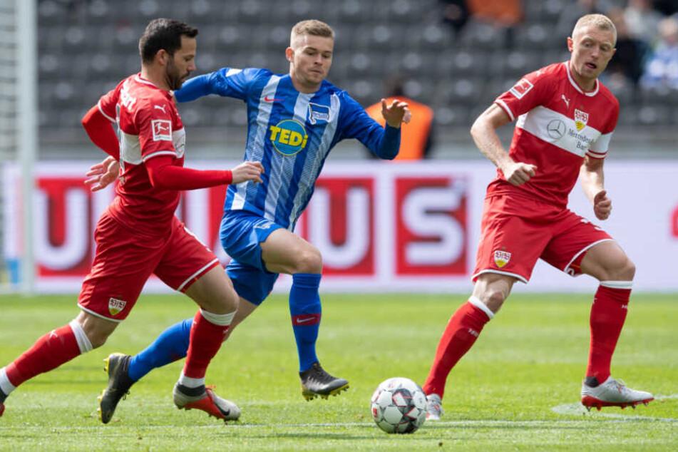Mit Fokus auf die Pille: VfB-Kicker Gonzalo Castro (links), Herthas Maximilian Mittelstädt (Mitte) und Stuttgarts Andreas Beck (r.).