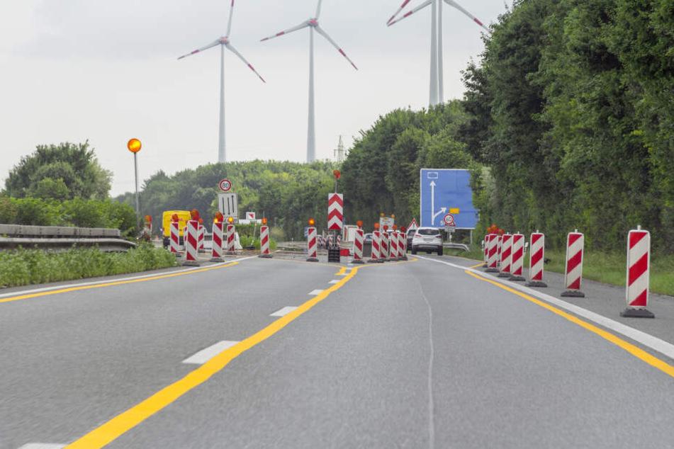 Der Lkw-Fahrer soll bewußt um eine Absperrung gefahren sein. (Symbolbild)