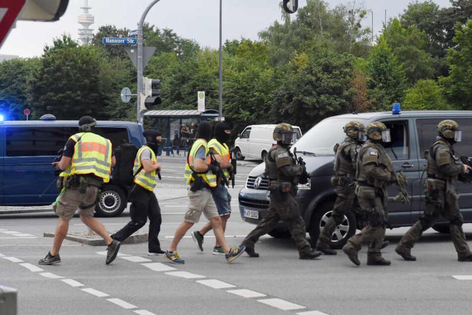 22. Juli 2016: Polizisten in Spezialausrüstung nahe des Olympia-Einkaufszentrum.
