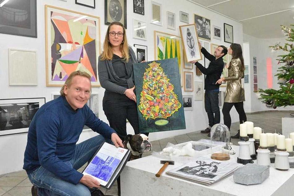Kunst-Mäzen Jens Zander (46) bereitet mit den Künstlern Viktoria Graf (31), Stefan Krauth (39) und Suntje Sagerer (35, v.l.) den Weihnachts-Kunstmarkt vor.