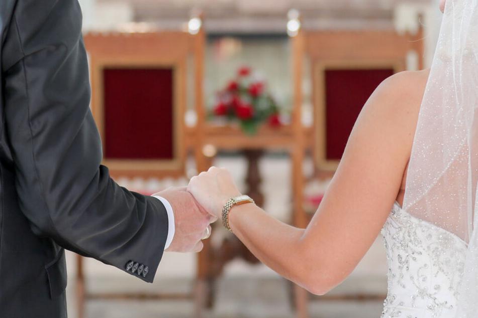 Paar lässt sich trauen und sitzt danach plötzlich im Standesamt fest