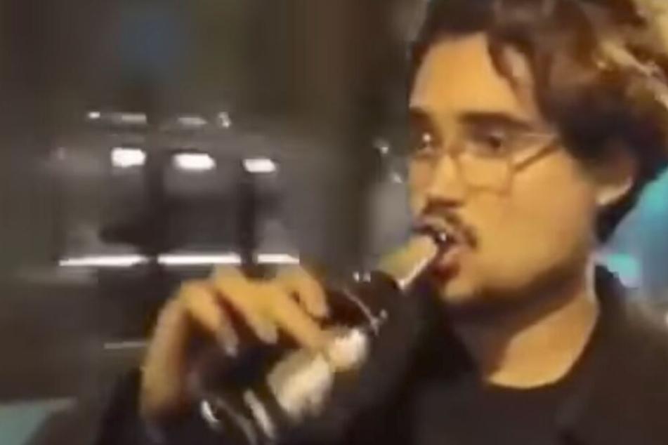 Frankfurt: Wie macht er das denn? Junger Mann öffnet Bier an fahrender Tram