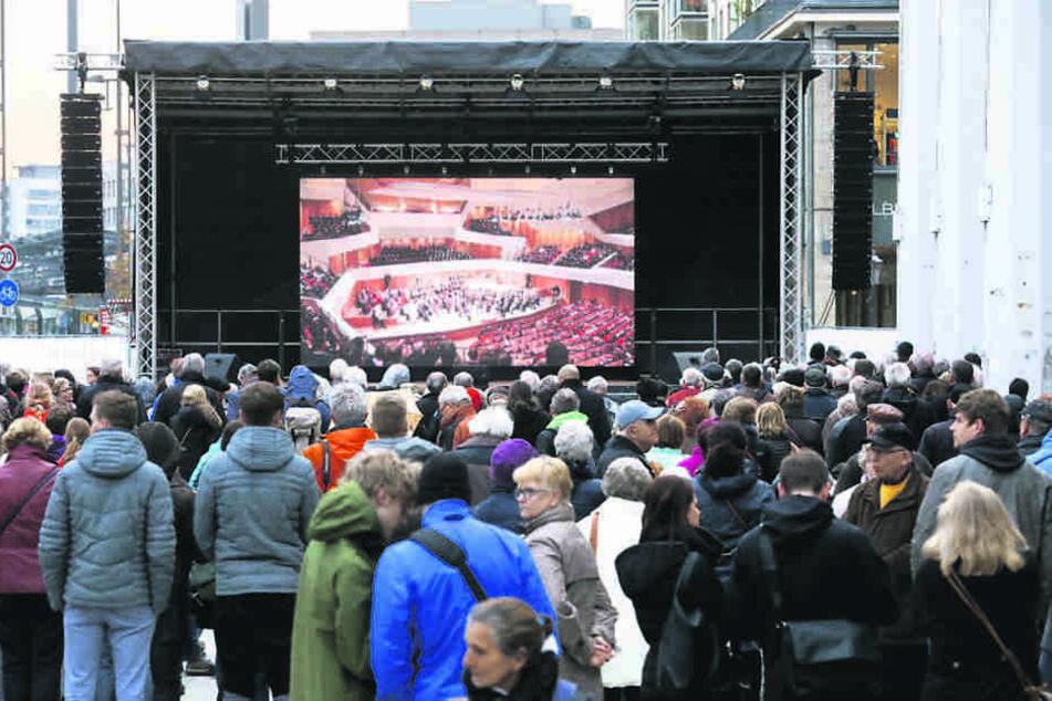 Vor dem Kulti, an der Wilsdruffer  Straße, verfolgten Hunderte Dresdner und Touristen die Eröffnung auf einer  Großleinwand.