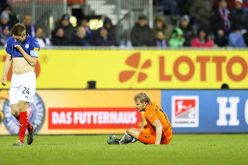 Jan Hochscheidt (r.) sitzt geknickt auf dem Rasen. Die Reise nach Kiel war trotz seines Treffers ein sportlicher Rückschlag.