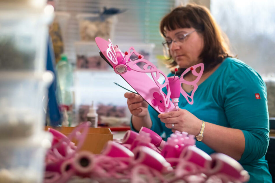 "Cornelia Seifert (37) beim Zusammenbau der Lampe ""Falter"". Das Modell gilt neben dem ""Turmdrehkran"" als Verkaufsschlager."