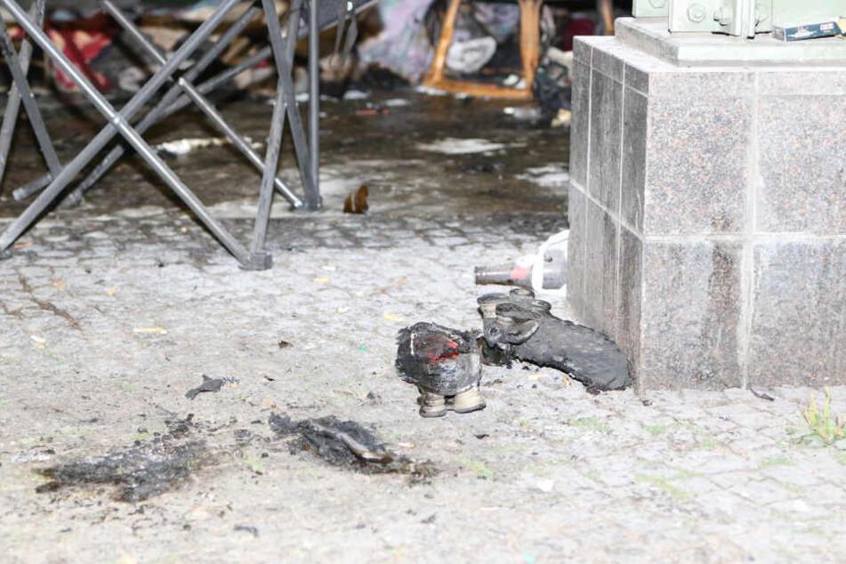 Die völlig verbrannten Sportschuhe eines der angezündeten Obdachlosen.